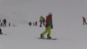 Hakkari'nin karlı dağları birçok ilden gelen kayakseverlerle renklendi
